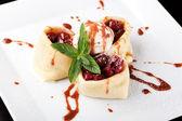 Pfannkuchen mit kirschen und eis gerollt — Stockfoto