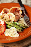Grilled asparagus with ham and cheese — Stock Photo
