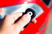 Рукой придерживая ключ автомобиля — Стоковое фото