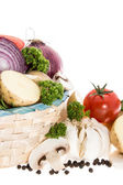 Légumes dans un panier isolé sur blanc — Photo