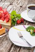 Tarte aux fraise avec une tasse de café — Photo