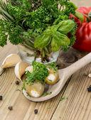 Fyllda oliver på trä sked — Stockfoto