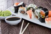 Sushi mixte sur une plaque — Photo