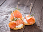 Crackers with Salmon and Dill — Stock Photo