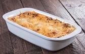 Auflaufform mit lasagne — Stockfoto