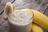 свежий сделал банановый молочныи коктейль — Стоковое фото