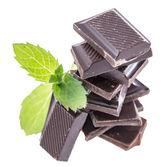 Schokolade mit minze, die isoliert auf weiss — Stockfoto