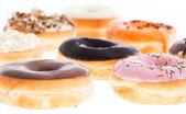 Donuts mistos isolados no branco — Fotografia Stock