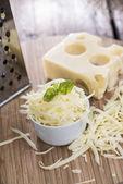 Emmentaler kaas op hout — Stockfoto