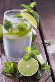 Copo com água com gás — Foto Stock