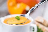 Colher com sopa de abóbora — Fotografia Stock