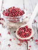 Porção de grãos de pimenta rosa — Fotografia Stock