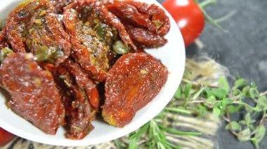 Část sušenými rajčaty — Stock video