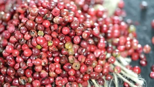 Montón de granos de pimienta rosa — Vídeo de stock