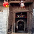 Chinese houses, wooden doors, red lanterns — Foto de Stock