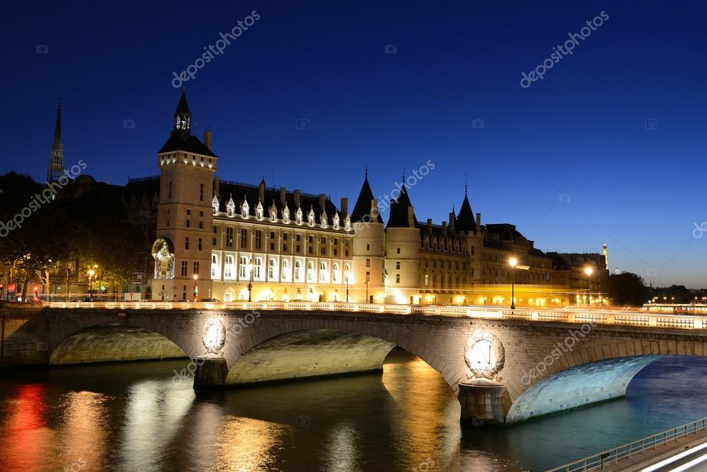 The Pont au Change, bridge over river Seine and the Conciergerieis, a former royal palace and prison in Paris, France. — Stock Photo #13654804
