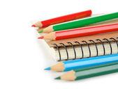 Renkli kurşun kalem ve defter — Stok fotoğraf
