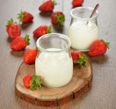 Yogurt and strawberries — Stock Photo