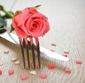 餐具和鲜花 — 图库照片