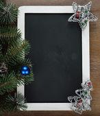 Yazı tahtası ve yılbaşı süsleri — Stok fotoğraf