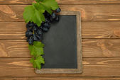 Grapes and writing board — Stock Photo