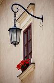 Fönster med blommor och utforma en europeisk stad — Stockfoto