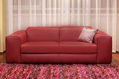 бордовый диване — Стоковое фото