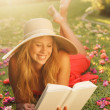 Young Woman Reading Book Outside - Foto Stock