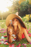 Soplando burbujas de mujer hermosa — Foto de Stock