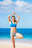 Beautiful woman practicing yoga on the beach in Hawai — Stock Photo
