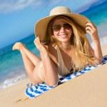 美丽的女人放松热带海滩上 — 图库照片 #13987656