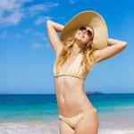 Красивая женщина на пляже — Стоковое фото