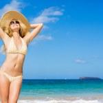 mujer hermosa en la playa — Foto de Stock