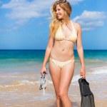 piękna kobieta z sprzętu do nurkowania na plaży — Zdjęcie stockowe