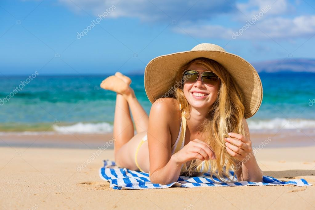 Beautiful Woman Sunbathing on Tropical Beach — Stock Photo #13987647
