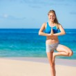 pratik Yoga Hawaii plajda güzel bir kadın — Stok fotoğraf