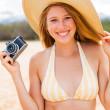 美丽的女人在用相机海滩 — 图库照片
