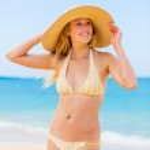 美丽的女人在海滩 — 图库照片