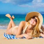 piękna kobieta relaksujący na tropikalnej plaży — Zdjęcie stockowe