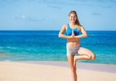 Beautiful Woman Practicing Yoga on the Beach in Hawaii — Stock Photo