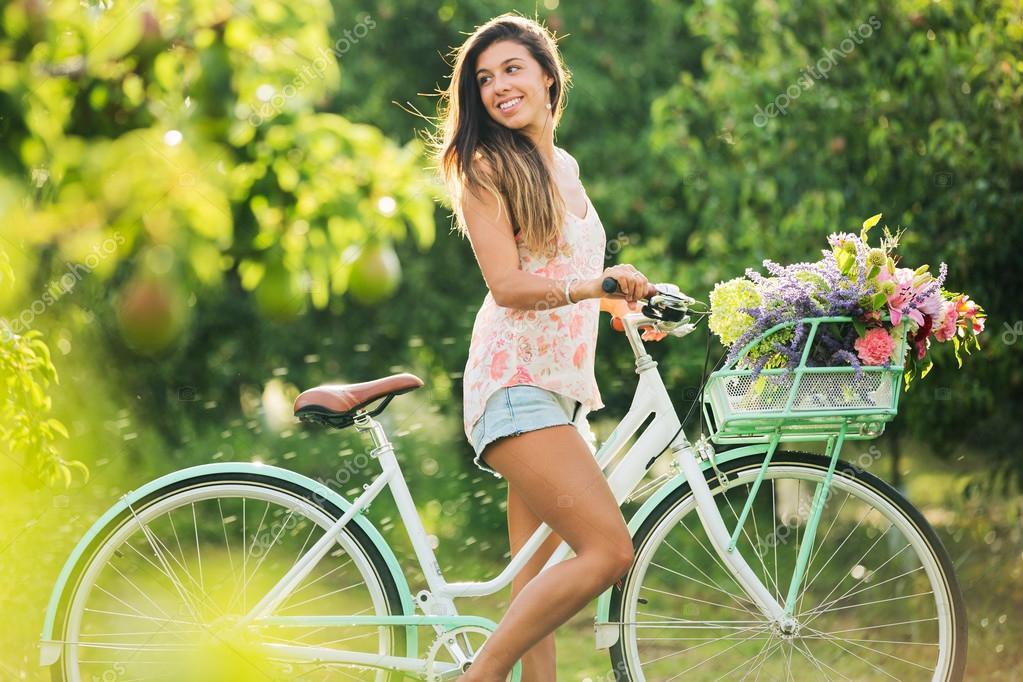 Картинки девушки красивые велосипеды