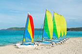 Barche a vela sulla spiaggia tropicale — Foto Stock