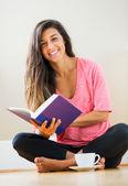 счастливый молодая женщина, читая книгу — Стоковое фото