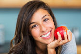 Hermosa mujer con una manzana — Foto de Stock