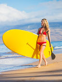 Frau mit stand-up-paddle-board — Stockfoto