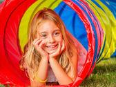 Jong meisje spelen — Stockfoto