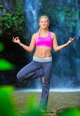 Woman Practacing Yoga in front of Beautiful Waterfall — Stock Photo