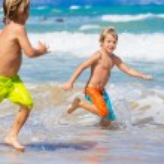 Two young boys having fun on tropcial beach — Stock Photo