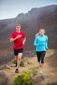 Coppia di sport fitness in esecuzione jogging all'esterno sul sentiero — Foto Stock