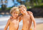 Две молодые мальчики с удовольствием на tropcial пляже — Стоковое фото